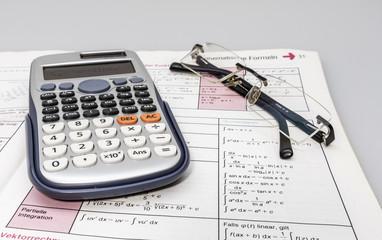 Mathebuch und Taschenrechner