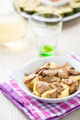 Gnocchi di patate e castagne misti con funghi porcini nel piatto