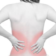 Frau leidet unter Schmerzen im unteren Rückenbereich