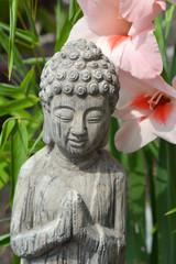 Foto auf AluDibond Blumenhändler Boeddha in bamboe tuin met bloemen