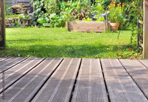 terrasse bois et jardin photo libre de droits sur la banque d 39 images image 68055643. Black Bedroom Furniture Sets. Home Design Ideas