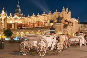 Autocollant pour porte Cracovie Carriages before the Sukiennice on The Main Market in Krakow