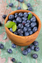 blueberry in a bowl on wooden surface