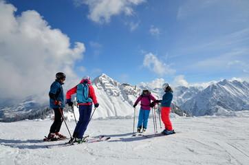 Gruppe Skifahrer auf der Skipiste