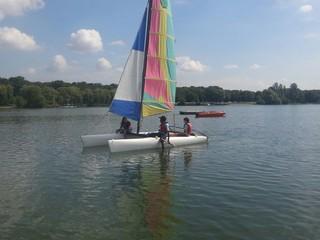 Catamaran sur le lac de saint quentin