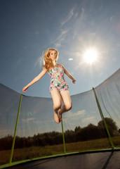 Frau springt auf dem Trampolin
