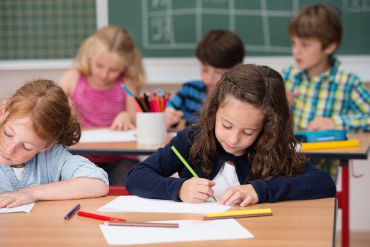konzentrierte schüler malen im klassenzimmer