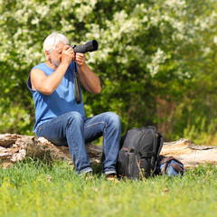 Old photographer enjoys traveling and photography