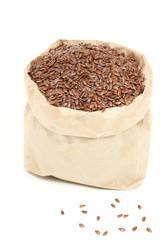 semi di lino in sacchetto di carta sfondo bianco