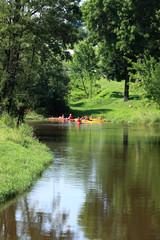 Kajakowy spływ po rzece.