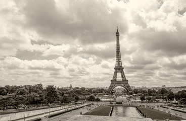 Fototapete - Eiffel Tower view from Trocadero gardens with fountains