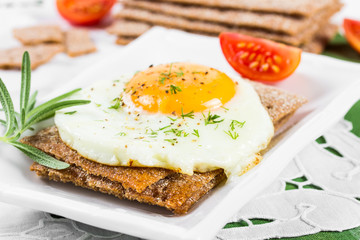 Fried egg on crisp bread