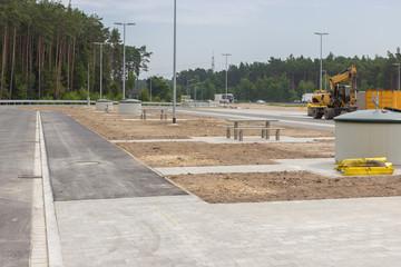 Neu gebauter Parkplatz an der Autobahn