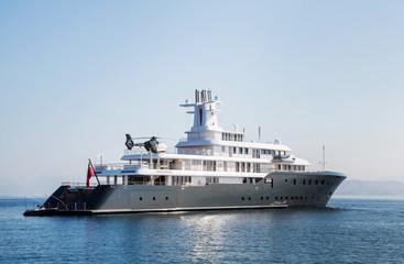 Mega Yacht mit Helikopter: Luxus der Milliardäre