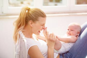 glück mit dem Baby zu hause im bett