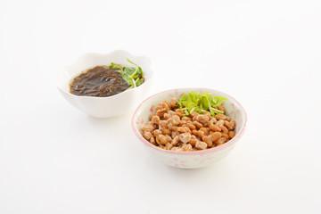 小皿に入れた納豆とモズク