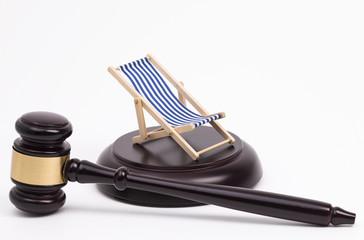 Richterhammer und Liegestuhl
