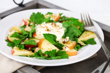 Green salad with apples, walnuts and cheese