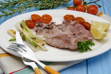 Chuleta de carne con verduras