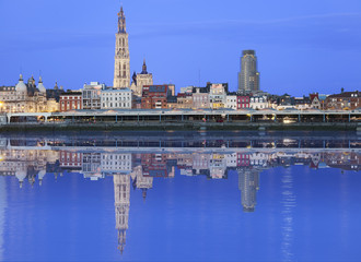Poster de jardin Antwerp Antwerpen skyline reflecting in river