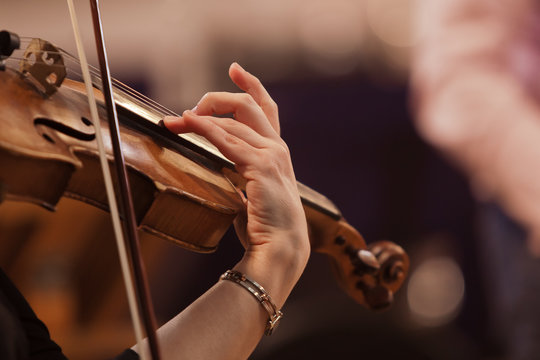 Hand of a woman playing the violin