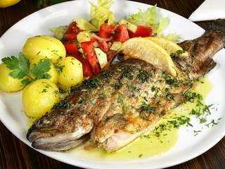 Forelle gebraten - mit Salzkartoffeln und Salat