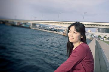 海辺に座る女性
