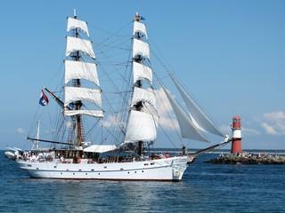Segelschiff und Leuchtturm