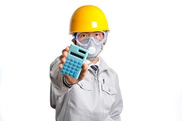 電卓を持っている作業服の男性