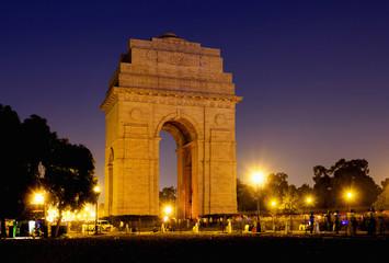 Stores à enrouleur Delhi India Gate war memorial at night in New Delhi, India