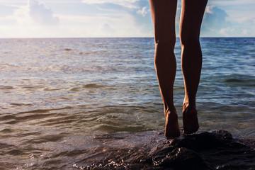 ноги море