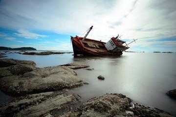 Photo sur Toile Naufrage Boat capsized