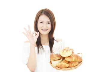 パンを持つ笑顔の女性