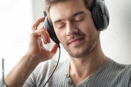 male worker wears headphones - 848×565