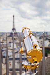 Fernrohr mit Aussicht auf den Eiffelturm