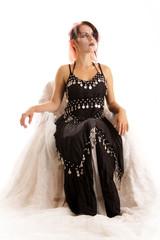 sitzende Frau im Kostüm