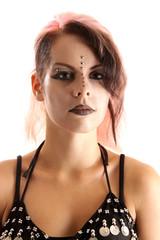 Gesicht mit Steinchen und Piercings