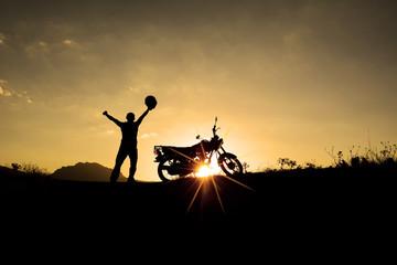 günbatımında motorsiklet turu