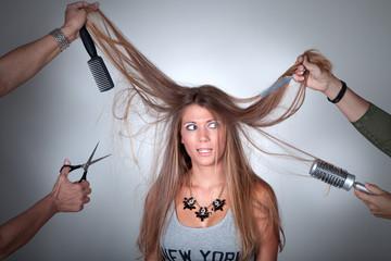 Hübsche junge Frau mit langen Haare hat Angst vor Friseur