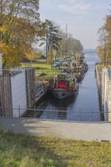 Canal lock / Floodgate / lock Statek na rzece