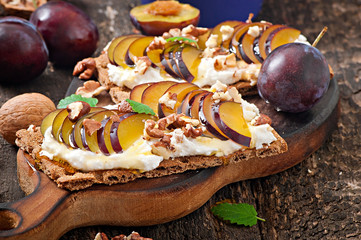 Vegetarian Diet sandwiches Crispbread with cottage cheese, plums