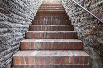 Treppen zum Licht an alter Stadtmauer von Augsburg