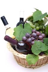 vino cesto con tre bottiglie e uva sfondo bianco