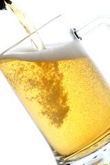 birra bionda versata in bicchiere sfondo bianco