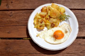 Bratkartoffeln mit Rosmarin und Spiegelei
