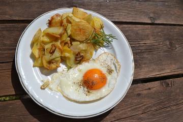 Spiegelei mit Bratkartoffeln