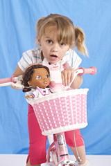 bambina bicicletta bambola