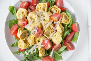 Tortellini mit Kräutern und Tomaten