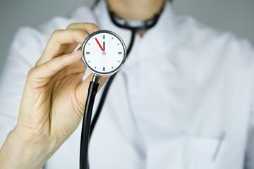 5 vor 12 Arzt Stethoskop
