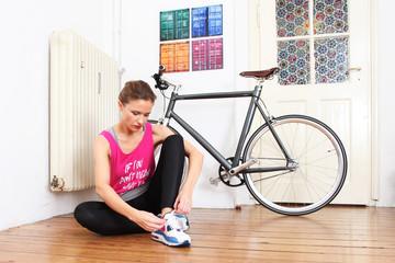 junge Frau bereitet sich für Jogginglauf vor